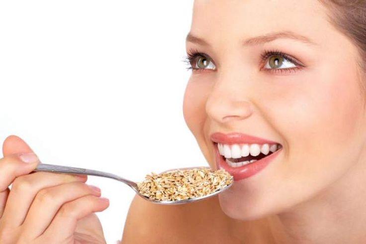 mulher comendo aveia para queimar calorias sem fazer exercícios