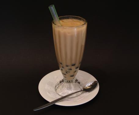 Fresco e goloso, bastano pochi ingredienti e una manciata di minuti per il perfetto sostituto estivo del tè delle diciasette: uno spumoso frappé al cioccolato.