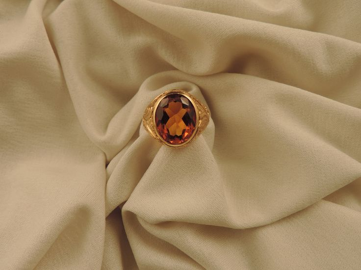 Importante anello da uomo italiano, degli anni '50, realizzato in oro giallo 18 carati abilmente cesellato a mano, con motivo vegetale di gusto ottocentesco e un grande quarzo citrino, color cognac, di circa 6 carati. In vendita su www.mirabilia.gallery per 1.590,00 € (Iva inclusa).
