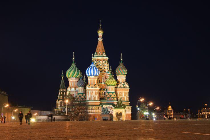 Há certas imagens de marca, quer sejam lugares ou outras coisas, que identificam um país. Por exemplo, Portugal é identificado actualmente por Cristiano Ronaldo… A verdade é que há uma imagem que é sinónimo de URSS. Essa imagem é da Praça Vermelha (Red Square), com o Kremlin como pano de fundo. Note-se que os edifícios …