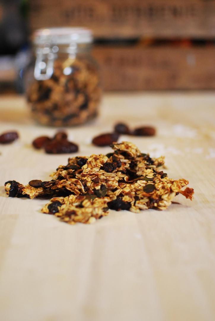 Bereiden:Neem een grote kom en meng hierin alle droge ingrediënten. Doe alle ingrediënten voor de dadelpasta samen in een blender en mix glad. Meng de dadelpasta vervolgens onder de droge ingrediënten tot een kleverige massa. Stort de massa uit op een met bakpapier beklede bakplaat. Bak de granola vervolgens gedurende 10 minuten in een voorverwarmde oven van 180 graden. Tip: Je kan deze granola in een afgesloten bokaal 2 à 3 weken bewaren.