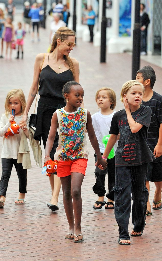 Angelina Jolie and five of her adorable kids visited the Sea Life Sydney Aquarium Saturday, and judging by those faces, and souvenirs, it looks like outing was quite a hit !!  Sept/13...