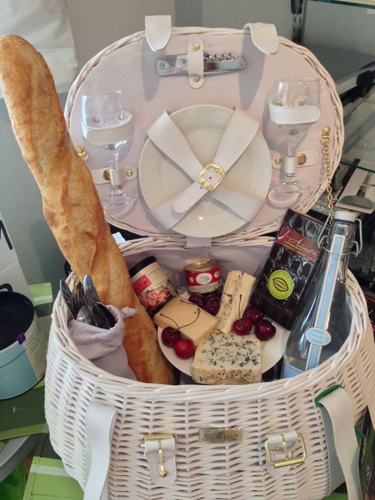 Panier pique-nique blanc vendu chez Sucré Salé Edmundston / White picnic basket sold at Sucré Salé Edmundston #DinerEnBlanc