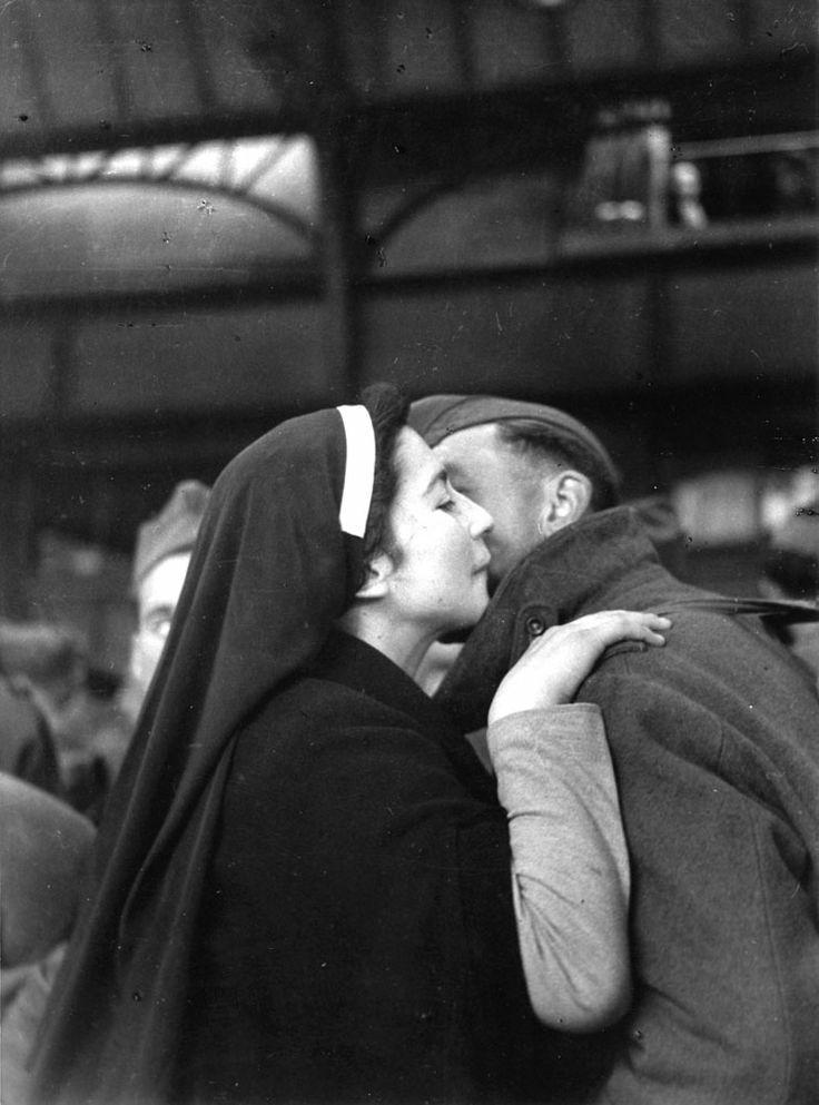 """Paris - mai 1945 """"Retour des prisonniers"""" Foto: Willy Ronis"""