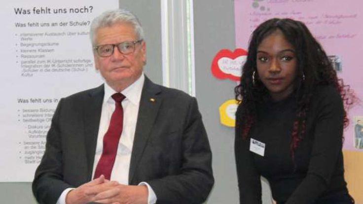 Bundespräsident Joachim Gauck mit einer Schülerin der Theodor-Heuss-Schule.