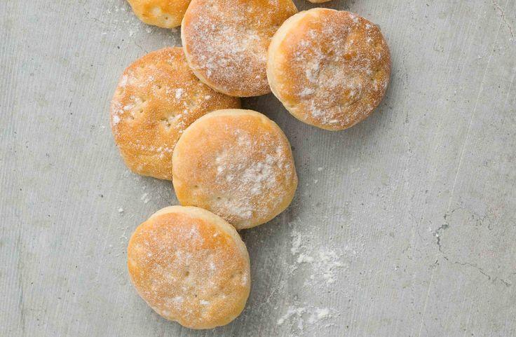Recept på små och lite söta tekakor, precis som de ska vara. Gott till salta pålägg. Frys in direkt när de svalnat och ta fram samma dag som de ska användas.