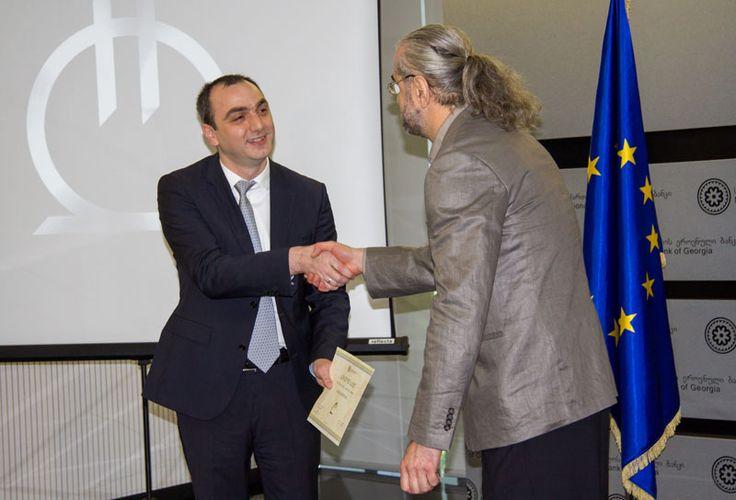 Giorgi Kadagidze, presidente del Banco Nacional de Georgia presentó el signo ganador y a su autor artista Malkhaz Shvelidze.
