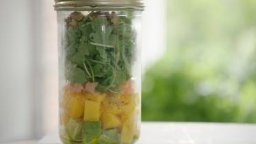 Salade met rucola, mango, avocado en gerookte zalm