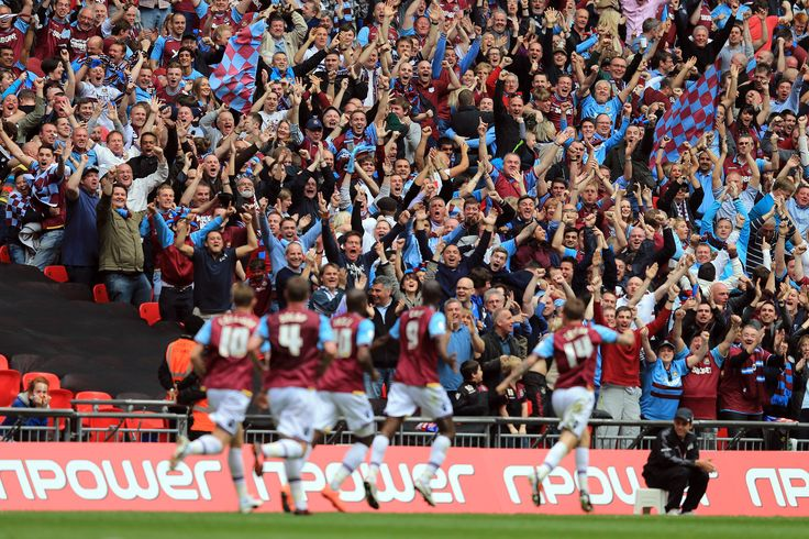 @WestHam hammers fans with the team #9ine