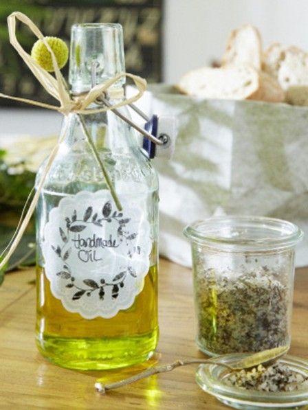 Mit leckerem Kräutersalz lassen sich mediterrane Speisen schnell und einfach veredeln. Mit diesem Rezept können Sie das Gewürz einfach selber machen.