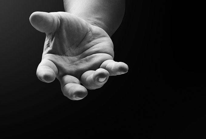 Если вы не можете простить кого-то, просто прочтите Прощение не означает, что вина ваших обидчиков заглажена. Оно не означает, что вы должны дружить с ними, симпатизировать им. Просто вы принимаете, что они оставили на вас след и вам теперь придется жить с этой отметиной. Вы перестанете ждать человека, который сломал вас, чтобы он вернул все «как было». Вы начнете лечить раны, независимо от того, останутся ли рубцы. Это решение жить дальше со своими шрамами. ...