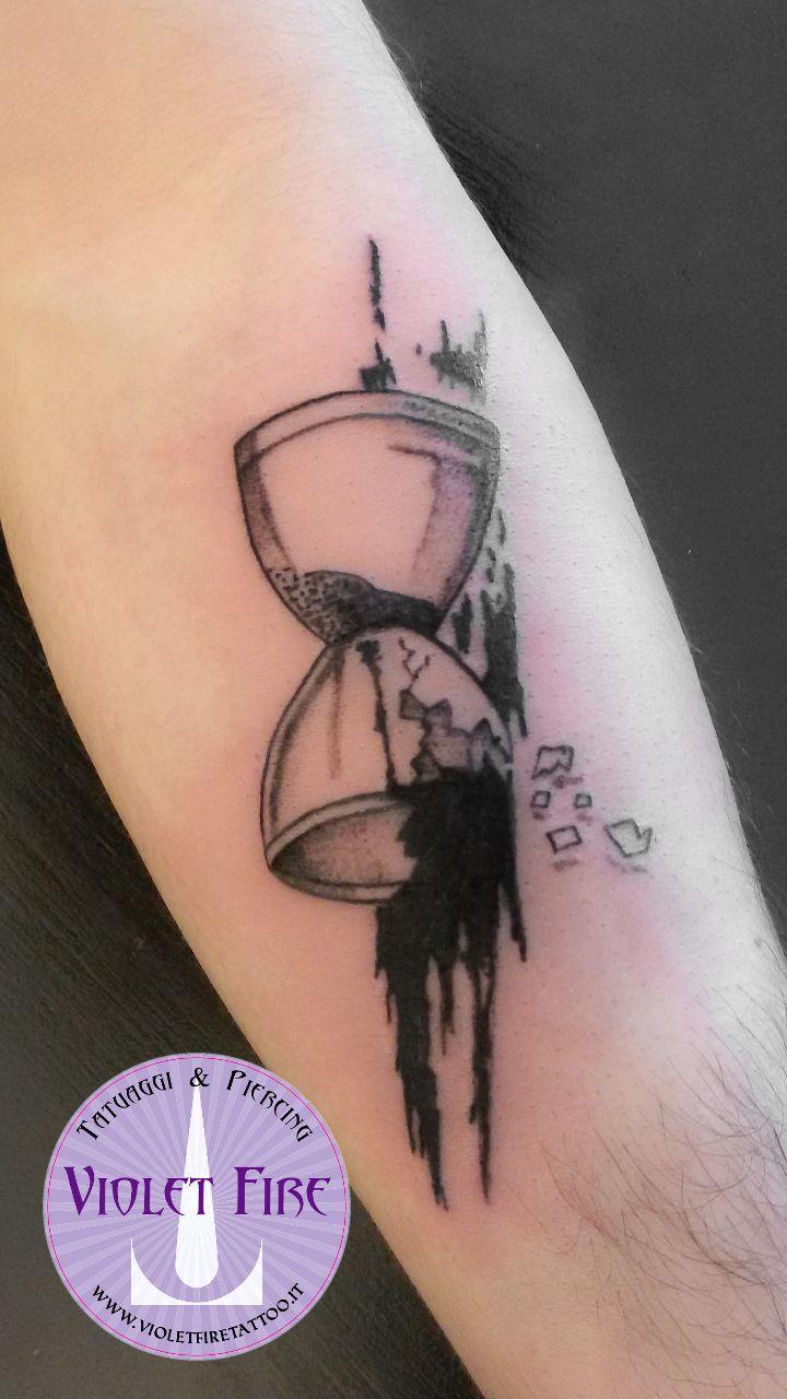 tatuaggio piccolo, tatuaggio artistico - Tatuaggio trash polka clclessidra su Braccio - Violet Fire Tattoo - tatuaggi maranello, tatuaggi modena, tatuaggi sassuolo, tatuaggi fiorano - Adam Raia
