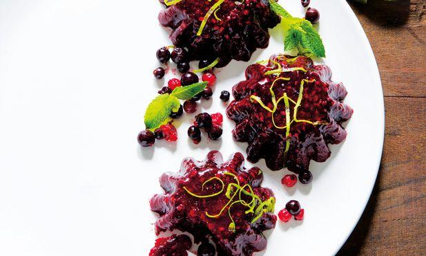 Esta gelatina de frutos silvestres com hortelã é uma sobremesa fácil e prática de fazer. Visualmente muito apetitosa e colorida.