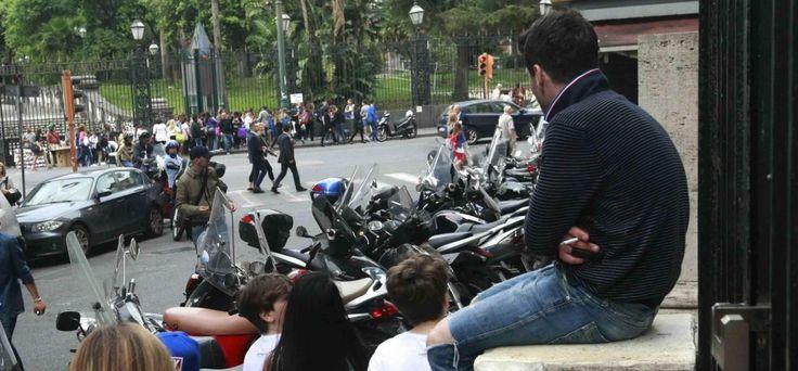 Napoli, sosta fuorilegge davanti al Comune, dilagano i parcheggiatori abusivi
