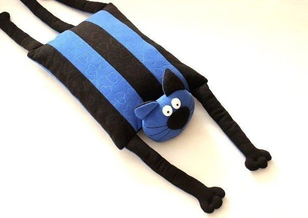 Подушка-игрушка в виде забавного кота.