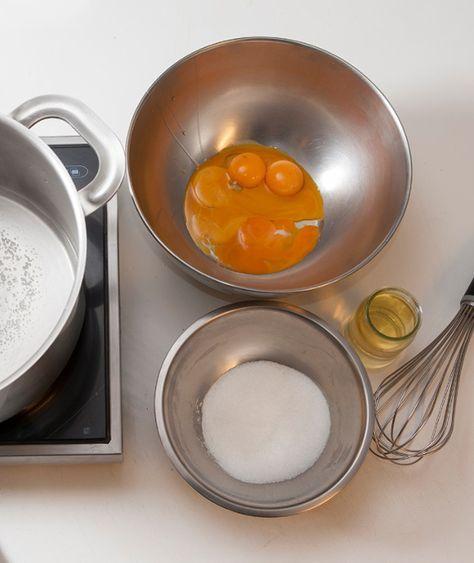 Η ζαμπαγιόνε παρασκευάζεται με ωμά αβγά, ζάχαρη και γλυκό κρασί, όπως η μαγιονέζα, ή σε μπεν μαρί, οπότε παστεριώνονται τα αβγά και δεν υπάρχει φόβος για σαλμονέλα. Οι Ιταλοί βάζουν το ντόπιο κρασί Marsala, εμείς μπορούμε να χρησιμοποιήσουμε τα δικά μας, δηλαδή Μοσχάτο Λήμνου, σαμνιώτικο κλπ.).  1. Ετοιμάζουμε ένα μπεν μαρί, βάζοντας λίγο νερό …