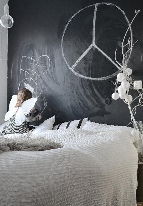 Diamo spazio alle nuove idee. Non più la classica testiera letto ma una parete lavagna da decorare ogni giorno come più ci piace. #rifarecasa #maistatocosifacile grazie a #designbox & #designcard #idfsrl per una casa #hidesignlowbudget *