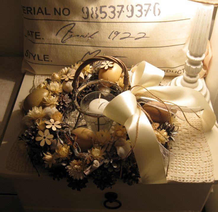 Velikonoční svícen Velikonoční svícen s vloženým drátěným košíčkem, uvnitř skleněný kalíšek se svíčkou, průměr 29 cm.