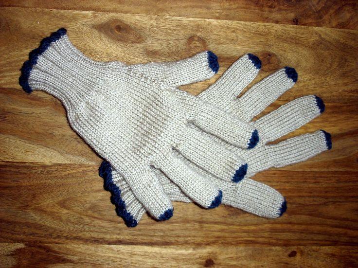 je vous présente la deuxième paire de gants que j'ai tricotée pour Noël! j'ai utilisé le même tuto que pour les premiers (La Droguerie)... sauf que je les ai faits avec des aiguilles circulaires en utilisant la technique du magic loop!!! j'ai aimé les...