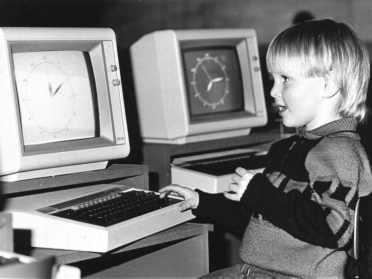 25 mei 1984 - Vrijdag opende in de Amsterdamse Meervaart het Computer Festival. Het evenement zal tot 11 juni duren. De manifestatie bestaat uit tentoonstellingen, theater, muziek, films, forums en workshops. En terwijl bezoekers genieten van de vele activiteiten blijven de kleintjes in een speciaal ingerichte computer/creche.