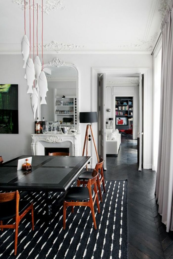 joli salon avec parquet noir et moulures decoratives et corniche plafond