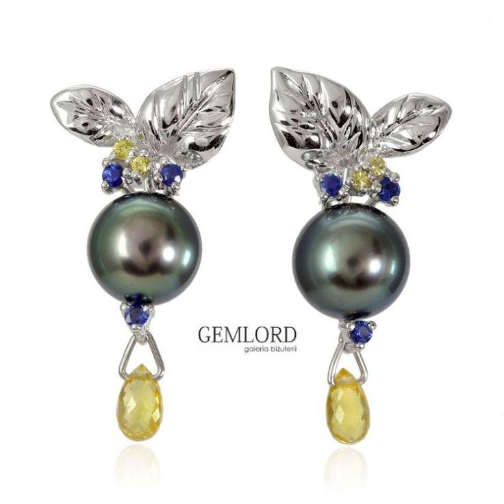 Fantastyczne kolczyki z perłami Tahiti, w oprawie z białego złota i szafirami. Nadadzą szyku i elegancji każdej stylizacji. Biżuteria godna prawdziwej kobiety z klasą! #kolczyki #earrings #perły #pearls #жемчуг #szafiry #sapphires #biżuteria #jewellery #jewelry #luxury #luxurylife #quality #fashion #style #beauty #pearljewellery #prezent #gift #luksusowezakupy #highlife
