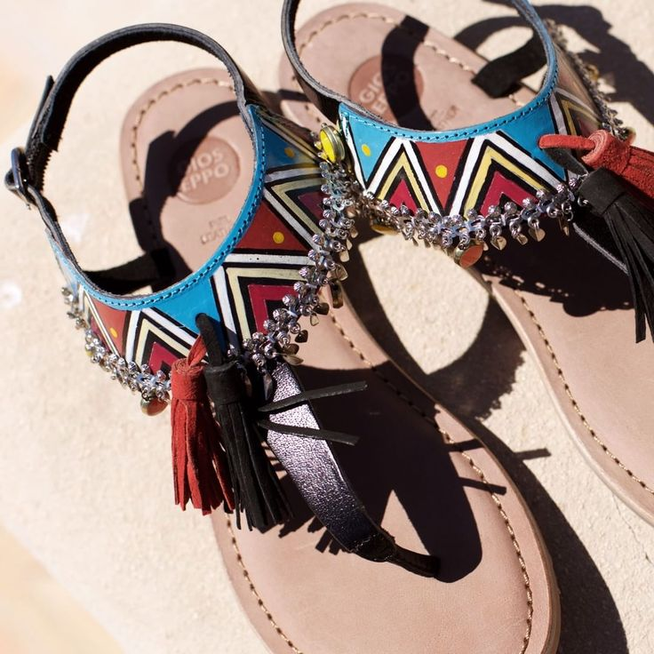 Tendencias que se atreven con todo ❤ #Gioseppo #detalles  #sandalias #sandals #borlas #pompon #moda #tribal #print #boho #style #instafashion Ref: 27794