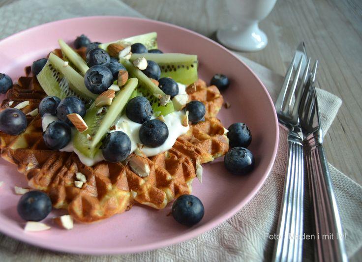 Morgenmadsklatkage i vaffeljern med skyr og frugt…