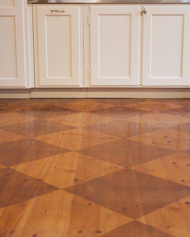 På tal om att måla golv: man kan också använda sig av fernissa med eller utan några droppar linoljefärg för att skapa ett mönstrat golv. Som detta finfina i vår butik i Vasastan! Läs mer i vårt senaste blogginlägg. #byggfabriken #byggfabrikenvasastan #letonkinois