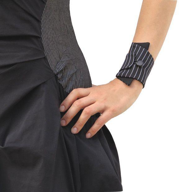 Manschettenarmband Nadelstreifen schwarz-weiß - elegantes Schmuckstück und praktische Geldbörse in einem! Handgelenktasche für Reise, Joggen, Ausgehen, Strand oder Festival. Dieses Armband...