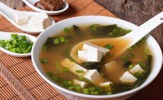 """Hier finden Sie ein Rezept zur Zubereitung einer feinen, veganen Miso-Gemüse-Suppe. Miso wird in der japanischen Überlieferung als """"Geschenk der Götter für die Gesundheit der Menschen"""" bezeichnet."""