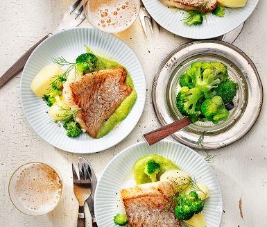 En ljuvlig fiskrätt på smörstekt torsk med en smakrik broccolipuré. Torsken steks i smör i en het panna någon minut på varje sida. Till fisken avnjuter du en krämig ärt- och broccolipuré gjord på fräst äpple, vitlök, ärtor och dill. Servera torsken tillsammans med nykokt potatis och en fenomenal puré.