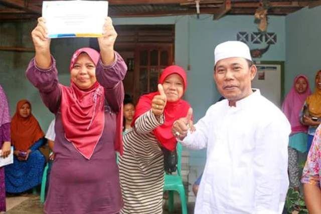 Bupati Sumbawa Barat, Dr. Ir. H. W Musyafirin MM, Pagi tadi, Sabtu (1/4) menyerahkan bantuan kepada 19 warga desa Bukit Damai, Kecamatan Maluk