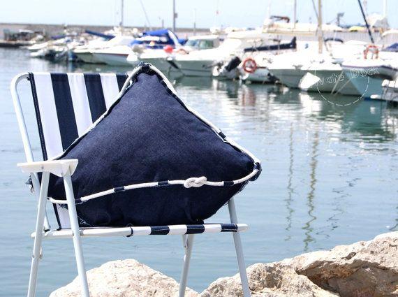 Klassische Yacht große Kissen Nautische Kunst Modernes Design von Daga  Klassische Yacht ist ein elegantes Polster ins Schlafzimmer für Wohnzimmer, stilisierte große Segel und massive Rumpf im Lieferumfang. Das Handwerk, verwandelte sich in ein weiches Kissen, genäht aus: Segel und Schiff - dunkelblaue jeans Zubehör - geflochten aus weißer Baumwolle Seil, mit Reißverschluss  Höhe des Bootes: 53cm (21 ) Segel-Ausbreitung: 70cm (27,5 ) Füllung: Kissen 50x50cm (19,5 X19, 5), Polyester  Alle…