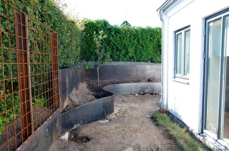 Jag får väldigt många frågor om våra stålkanter i trädgården, både här på bloggen och på Instagram så nu gör jag helt enkeltett litet inlägg om detta! Vi beställde våra stålkanter från ett lokalt plåtslageri som heter Helenedals mekaniska verkstad. Eftersom de flesta av våra kanter fungerar som stödmurar och håller upp ganska stora jordmassor, …