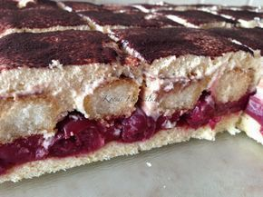 Anyák napjára sütöttem ezt a finom meggyes mascarpone-s süteményt. Kiindulási ötlet a tiramisu volt, mert