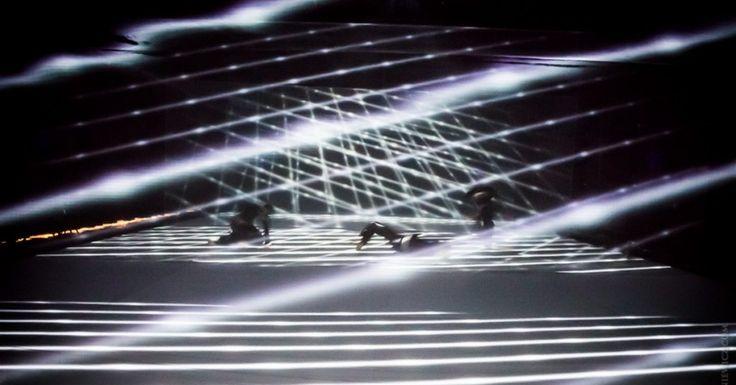 """Serdecznie zapraszamy na kolejne prezentacje interdyscyplinarnego spektaklu """"spectral layers of movement"""" w wykonaniu Marcina Janusa (muzyka), Grzegorza Kaliszuka (media design) oraz Grupy Wokół Centrum (taniec)."""