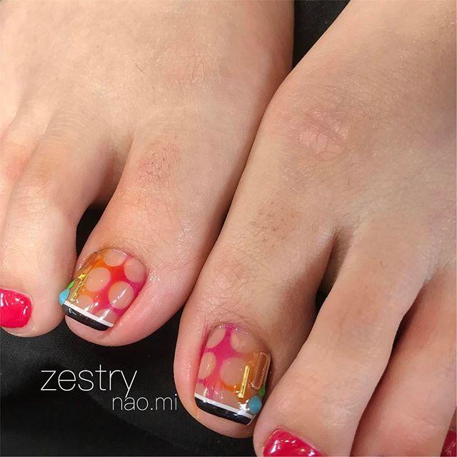 定番デザインに遊びココロをプラスして♡ #nail#nails#nailart#nailartist#naildesign#nailstagram#gel#gelnails#foot#footnails#instagood#dots#ネイル#ネイルアート#ジェルネイル#フットネイル#ドット柄#石川県#小松市#ベトロ#VETRO#vetro#zestry#blogに集塵機の掃除が簡単になる方法をUPしましたー#ご覧下さいませ
