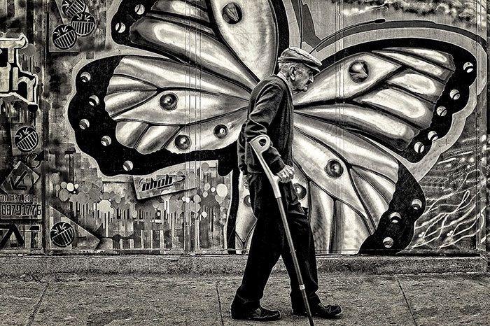 La sovrapposizione azzeccata, nell'attimo che fugge: 20 esempi di street photography accomunati da un tempismo perfetto. Guarda anche altre foto molto simili (con gli stessi giochi prospettici)