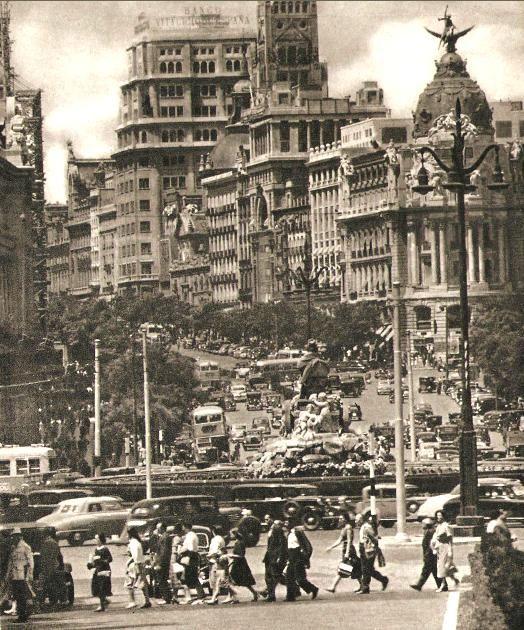 Oleadas de vida y movimiento en la Calle de Alcalá. 1953