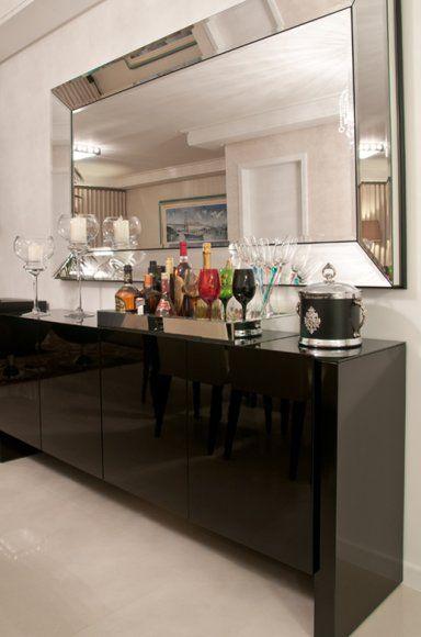 A partir da desistência do uso predominante de tons claros na área social, Rute propôs a adoção da cor preta ao buffet, às cadeiras da cabeceira da mesa de jantar e às poltronas laterais da sala de estar.