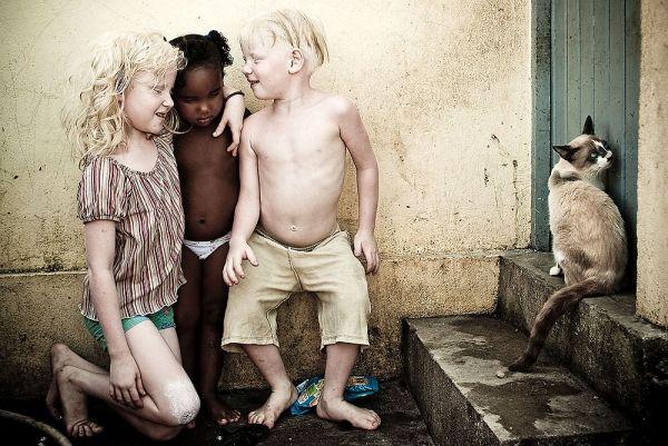 """Revista Ojos Rojos. Imagen perteneciente a la serie """"A flor de pele"""" del fotógrafo brasileño Alexandre Severo."""