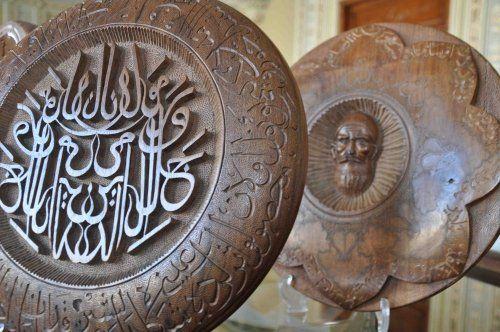 Azeri sanatçının ahşap üzerine hat oyma sanatı
