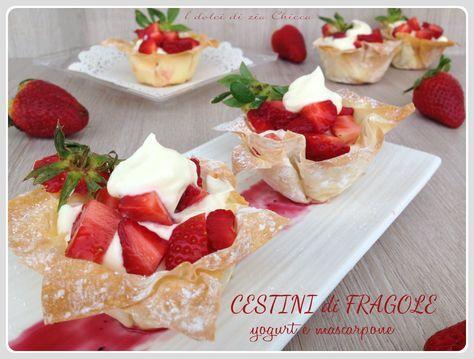Oggi vi lascio una ricetta semplice e veloce con la quale potete fare un figurone se all'ultimo momento vi arrivano ospiti a cena, i Cestini di fragole, yogurt e mascarpone.