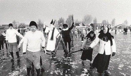 """Op de zaterdag voor 21 februari komt Sint Piter met de stoomboot aan in Grou en wordt hij geholpen door Swarte Pyt (Zwarte Piet). Hij rijdt op een zwart paard en draagt een witte mantel. In 2015 komt Sint Piter aan op 14 februari."""""""