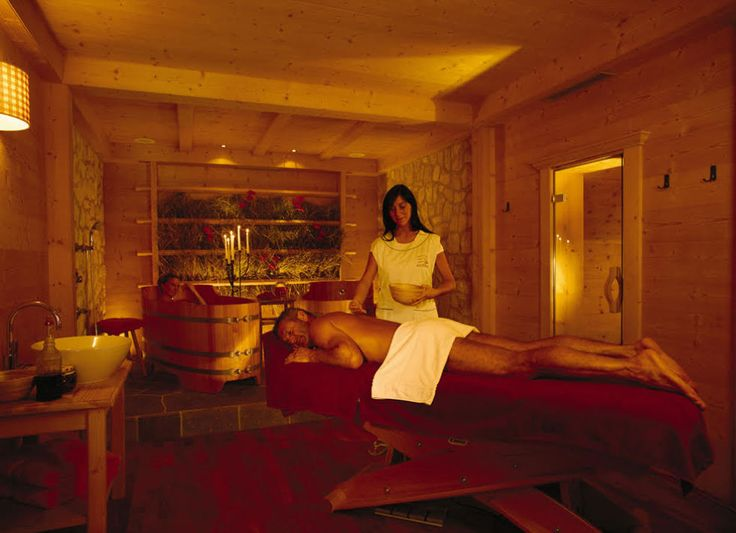 Alla beauty farm Dolasilla dell'Adler Spa Resort di Ortisei puoi provare la trilogia sudtirolese: un trattamento in coppia che inizia con la biosauna profumata alle erbe di montagna e poi un peeling a base di lamponi, yogurt, miele e zucchero di canna con cui verrete massaggiati su tutto il corpo. E per finire vi immergerete in una tinozza in legno per un lungo bagno profumato all'olio di lampone. Usciti dal bagno un massaggio con crema sempre al lampone.