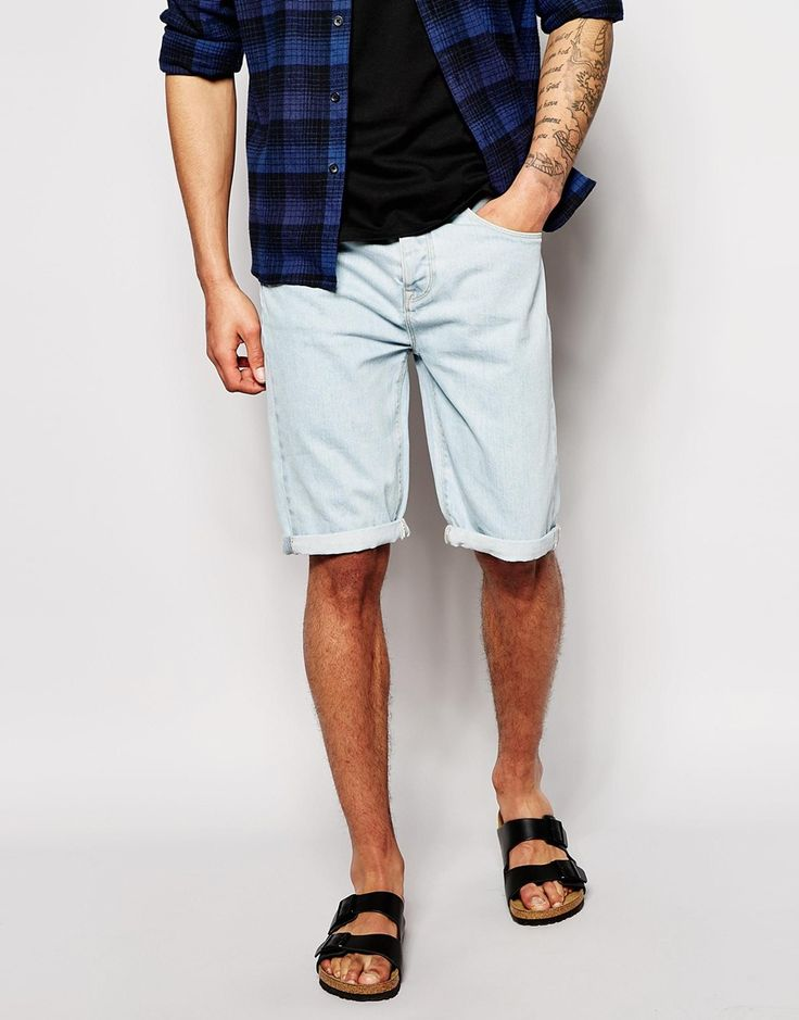 Jeansshorts von ASOS helle Jeanswaschung mit verdecktem Reißverschluss Fünf-Taschen-Stil Knielänge schmale Passform, sitzt eng am Körper Maschinenwäsche 100% Baumwolle Unser Model trägt eine Größe Medium und ist 6 Fuß 2 Zoll / 188 cm groß