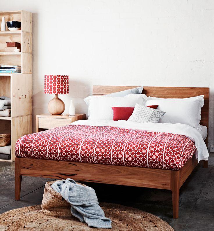 С каким цветом сочетается красный: 75 потрясающих идей и вдохновляющих цветовых схем (фото) http://happymodern.ru/s-kakim-cvetom-sochetaetsya-krasnyj-75-foto/ Покрывало и бра красного цвета, как яркие акценты интерьера спальни Смотри больше http://happymodern.ru/s-kakim-cvetom-sochetaetsya-krasnyj-75-foto/