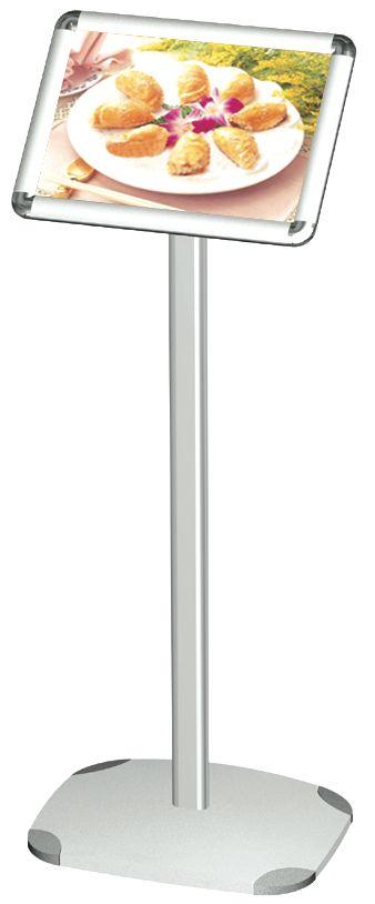 LEGGIO - Pannello informativo con palo di sostegno e base verniciata colore argento con cornice in alluminio anodizzato da 25 mm con angoli a 45° o rotondi e meccanismo clic-clac per un cambio rapido del messaggio pubblicitario. Dimensioni: H. 120cm L. 30, 42 cm - Ft.o messaggio A4 e A3 in versione verticale o orizzontale. Esiste anche la versione con asta telescopica - H. 100-145 cm e inclinazione regolabile del display fino a 180° nel formato A3