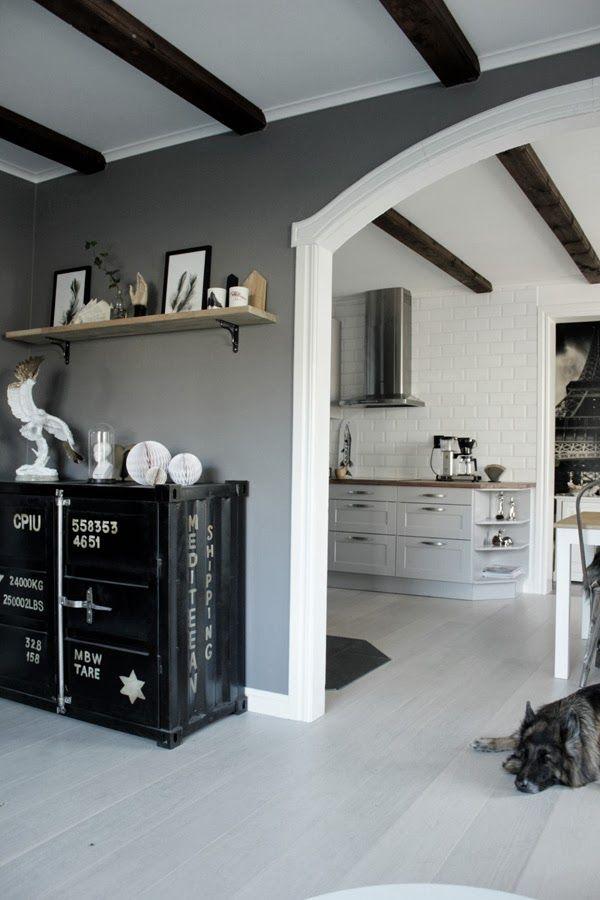 renoverat vardagsrum, grå färg på väggarna i vardagsrummet, svart plåtskåp, inredning vardagsrum, vardagsrum 2013, vitt valv, vitt golv, dekorationer tv rum, hylla med inredningsdetaljer, vit och guld, vitt plank, lunar grey, pashmina, tarkett, golv, inspiration vardagsrum